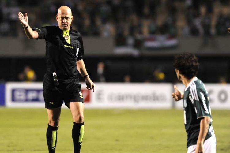 Árbitro Heber Roberto Lopes paralisa a partida entre Palmeiras e Goiás; time esmeraldino virou e eliminou os donos da casa e avançam à final