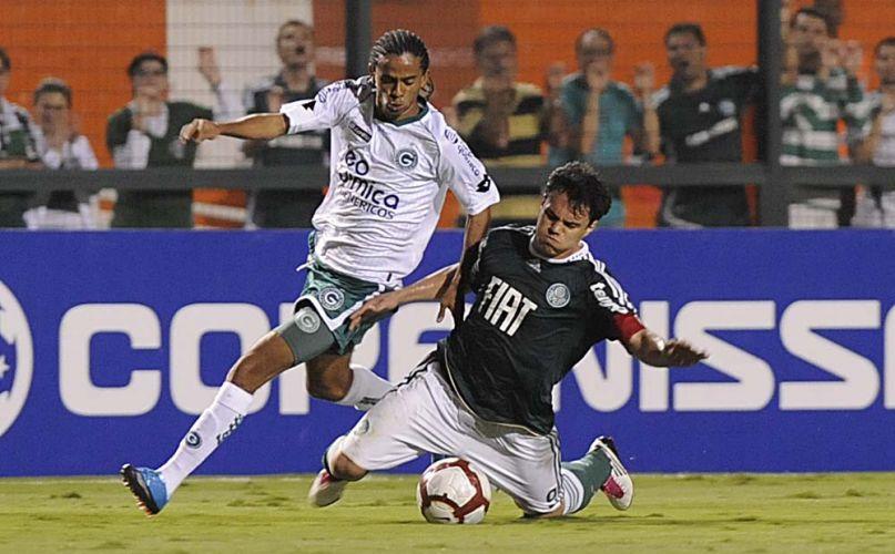 Capitão palmeirense, atacante Kleber cai em disputa de bola com jogador do Goiás em duelo no Pacaembu; time esmeraldino vence de virada e está na final da Sul-Americana
