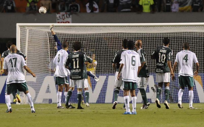 Jogadores de Goiás e Palmeiras observam ação do goleiro Deola, do time paulista, em duelo no Pacaembu, pela partida de volta da semifinal da Sul-Americana; time esmeraldino vence de virada e está na final