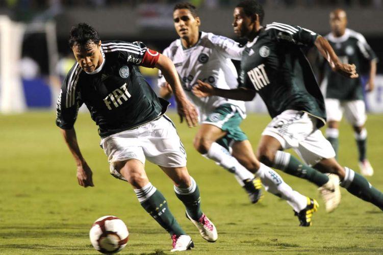 Capitão palmeirense, Kleber tenta levar o Palmeiras ao ataque contra o Goiás, no Pacaembu, na partida de volta da semifinal da Sul-Americana; time esmeraldino vence de virada e está na final