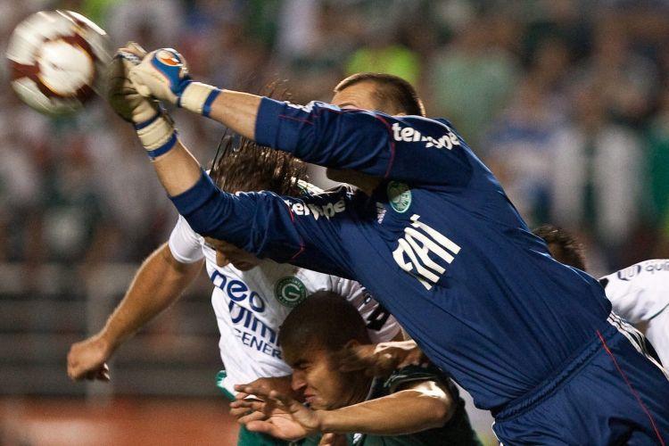 Destaque do Palmeiras, goleiro Deola sai do gol para impedir cabeçada de Rafael Moura na derrota do time para o Goiás, que venceu de virada e está na final