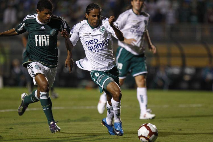 Wellington Saci (d), do Goiás, leva vantagem sobre palmeirense Márcio Araújo na vitória do time esmeraldino por 2 a 1, de virada, que garatiu a equipe na final da Sul-Americana
