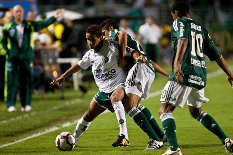 Douglas (e), do Goiás, protege a bola da marcação de Gabriel Silva, do Palmeiras; ; time esmeraldino vence de virada e está na final da Sul-Americana