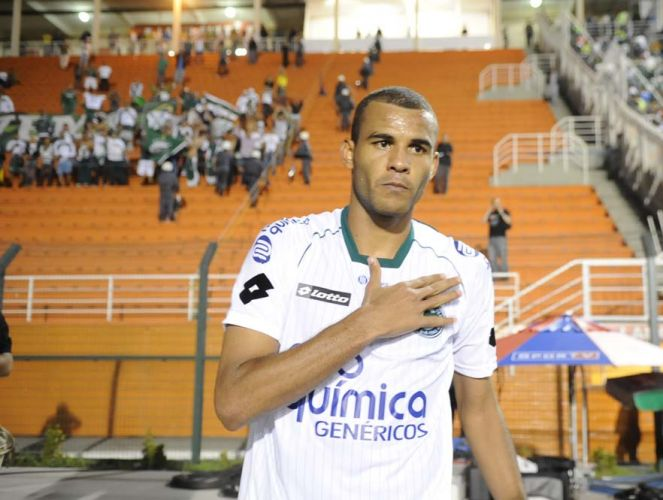 Autor do gol da virada do Goiás, Ernando comemora perto da torcida do time no Pacaembu; com a vitória por 2 a 1 sobre o Palmeiras, time esmeraldino está na final da Copa Sul-Americana