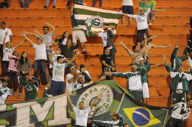 Torcedores do Goiás fazem festa no Pacaembu pela virada sobre o Palmeiras e classificação para a final da Sul-Americana; no Brasileirão, time esmeraldino já está rebaixado