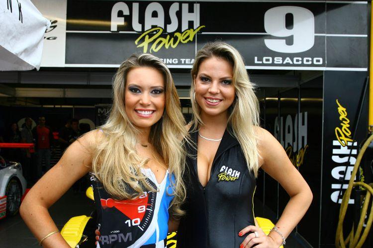 Modelos posam antes do início da decisão da Stock Car em Curitiba. O título da competição ficou com Max Wilson
