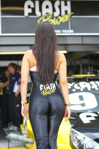 Modelo passeia pelo paddock antes do início da decisão da Stock Car, em Curitiba. O título da competição ficou com Max Wilson