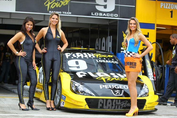 Modelos posam no paddock antes do início da decisão da Stock Car, em Curitiba. O título da competição ficou com Max Wilson