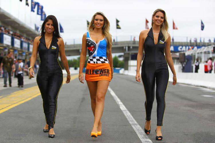 Modelos passeiam pelo paddock antes do início da decisão da Stock Car, em Curitiba. O título da competição ficou com Max Wilson