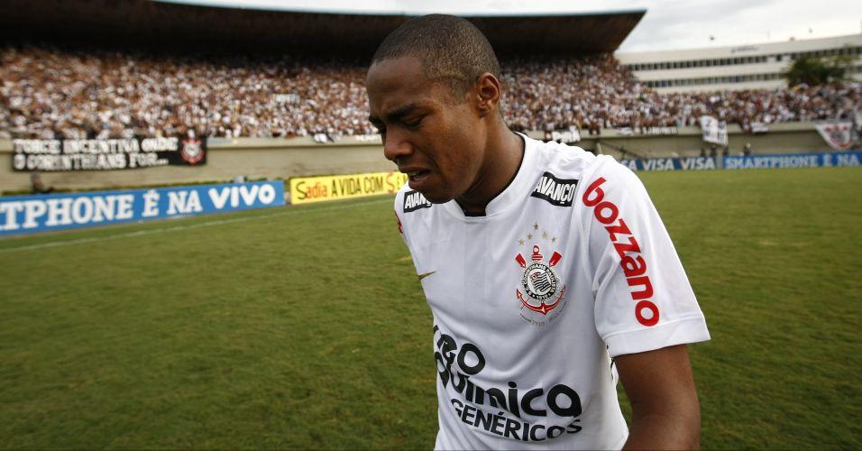 Elias chora após o fim da partida contra o Goiás; Corinthians apenas empatou por 1 a 1 e encerrou ano do centenário sem conquistar sequer um título