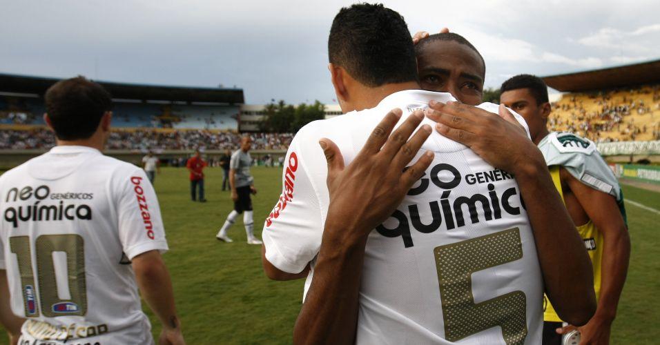 Elias é consolado por Ralf após a perda do título brasileiro; volante anunciou que deixa o Corinthians para defender o Atlético de Madri