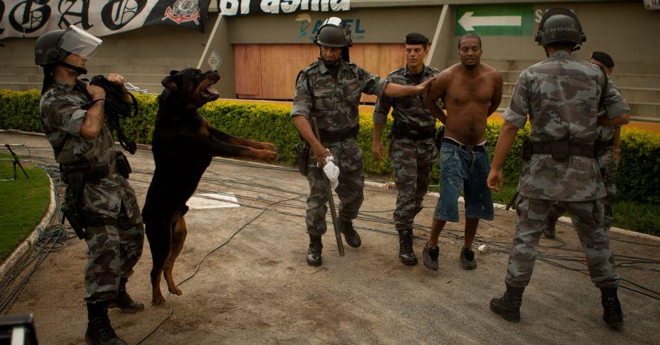 Torcedor do Corinthians é detido pela polícia ao tentar invadir o gramado do Serra Dourada no empate por 1 a 1 contra o Goiás; time paulista ficou com a terceira colocação do Brasileiro e encerrou ano do centenário sem conquistar sequer um título