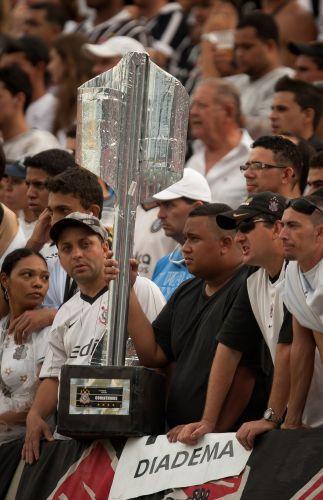 Com taça improvisada nas mãos, torcedor do Corinthians demonstra frustração com o empate por 1 a 1 contra o Goiás; time paulista ficou com a terceira colocação do Brasileiro e encerrou ano do centenário sem conquistar sequer um título