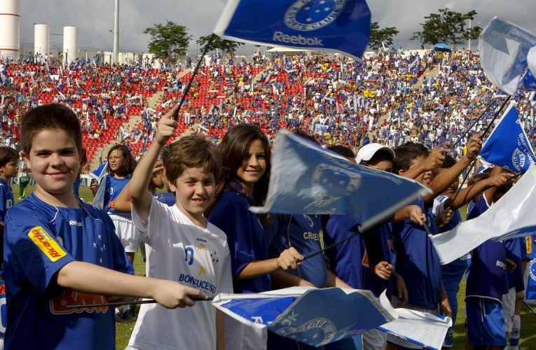 Torcedores mirins fazem festa durante entrada de jogadores do Cruzeiro para o jogo contra o Palmeiras