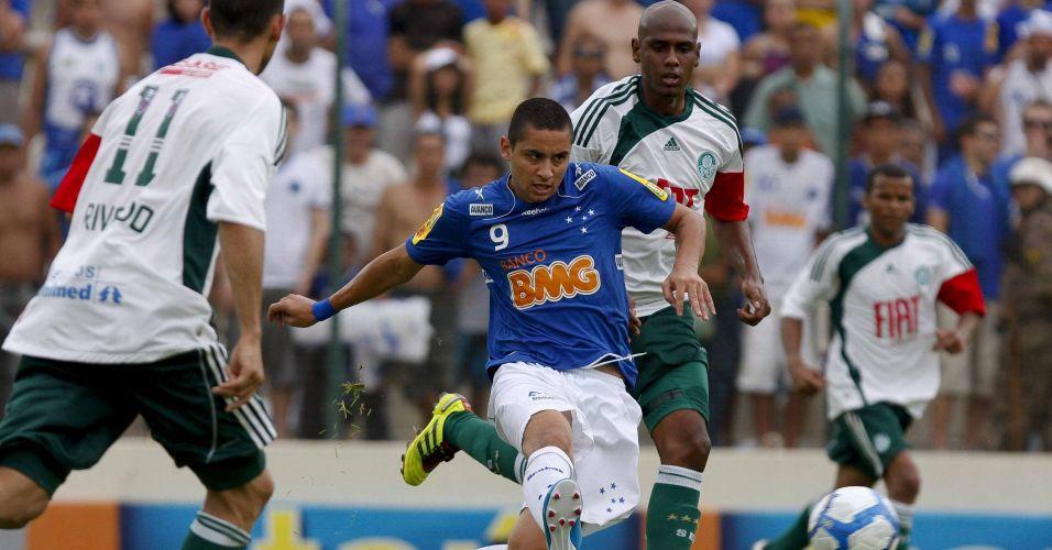 Wellington Paulista arrisca chute a gol no jogo entre Cruzeiro e Palmeiras em Sete Lagoas