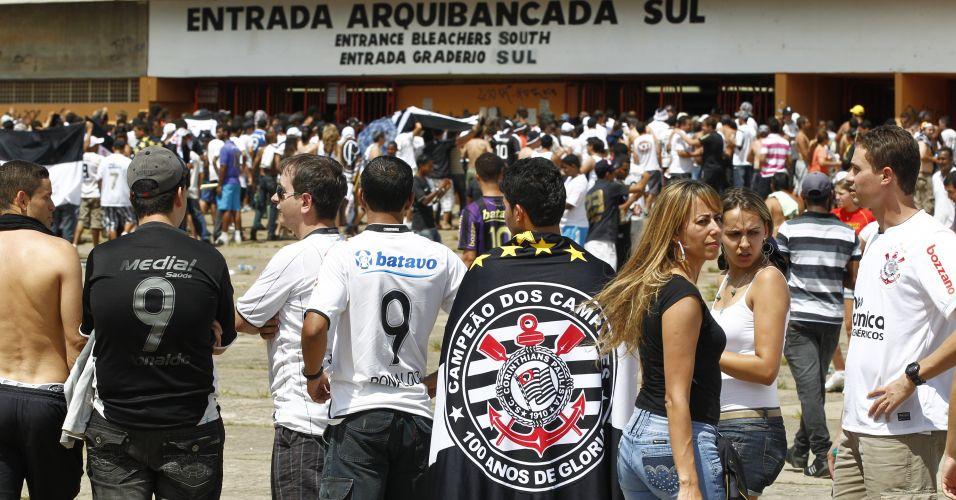 Torcedores do Corinthians chegam ao Serra Dourada para enfrentar o Goiás; equipe paulista precisa vencer e torcer por um tropeço do Fluminense para ser campeão