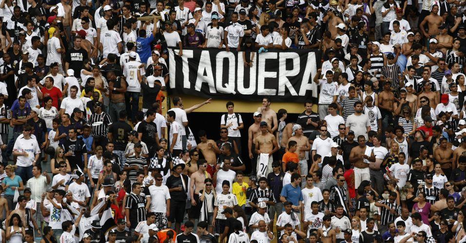Torcedores do Corinthians comparecem em bom número ao Serra Dourada para o jogo contra o Goiás