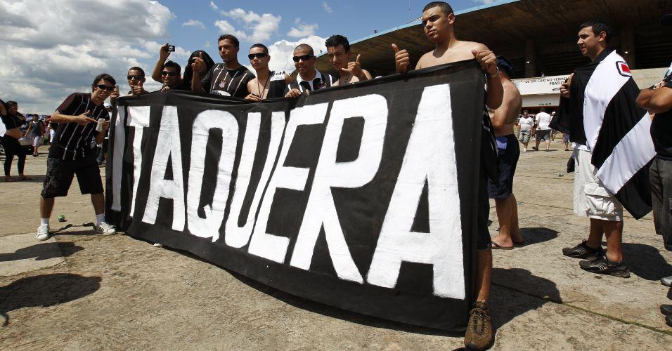 Torcedores do Corinthians chegam ao Serra Dourada para duelo contra o Goiás; equipe paulista precisa vencer e torcer por um tropeço do Fluminense para ser campeão
