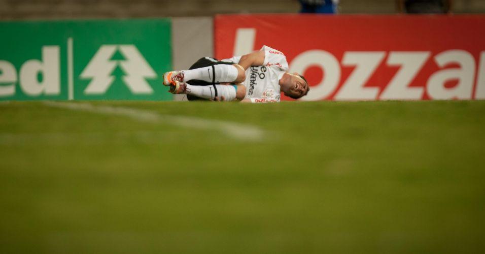 Bruno César cai após receber falta durante o jogo entre Corinthians e Goiás no Serra Dourada; time paulista não passou de um empate por 1 a 1, terminou em terceiro lugar e encerrou o ano de seu centenário sem conquistar sequer um título