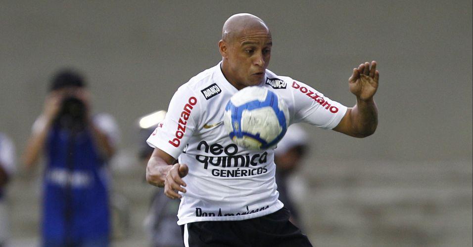Roberto Carlos tenta armar ataque do Corinthians no duelo contra o Goiás; time paulista não passou de um empate por 1 a 1, terminou em terceiro lugar e encerrou o ano de seu centenário sem conquistar sequer um título