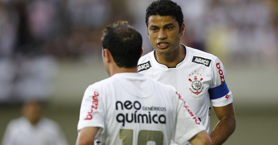 Zagueiro William conversa com Bruno César durante o jogo entre Corinthians e Goiás; time paulista não passou de um empate por 1 a 1, terminou em terceiro lugar e encerrou o ano de seu centenário sem conquistar sequer um título