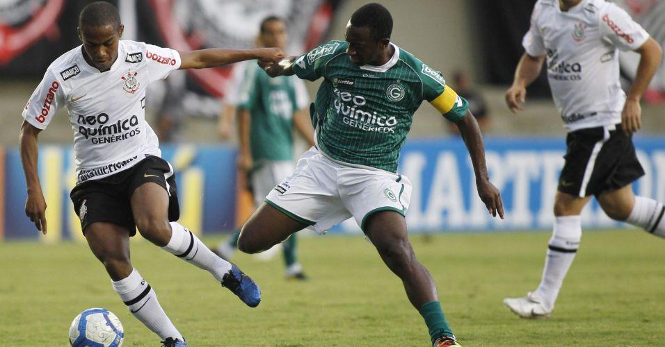 Elias tenta passar pela marcação de Jonílson no jogo entre Corinthians e Goiás; time paulista não passou de um empate por 1 a 1, terminou em terceiro lugar e encerrou o ano de seu centenário sem conquistar sequer um título