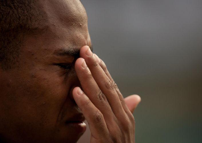 Elias chora após o término do empate do Corinthians contra o Goiás por 1 a 1 no Serra Dourada; volante confirmou que deixa a equipe paulista para defender o Atlético de Madri