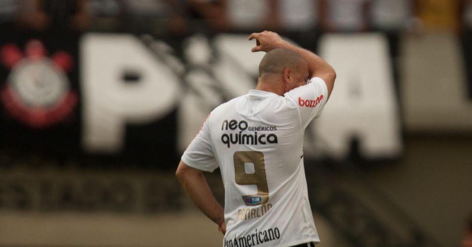 Ronaldo sofre com o calor durante o empate por 1 a 1 do Corinthians contra o Goiás