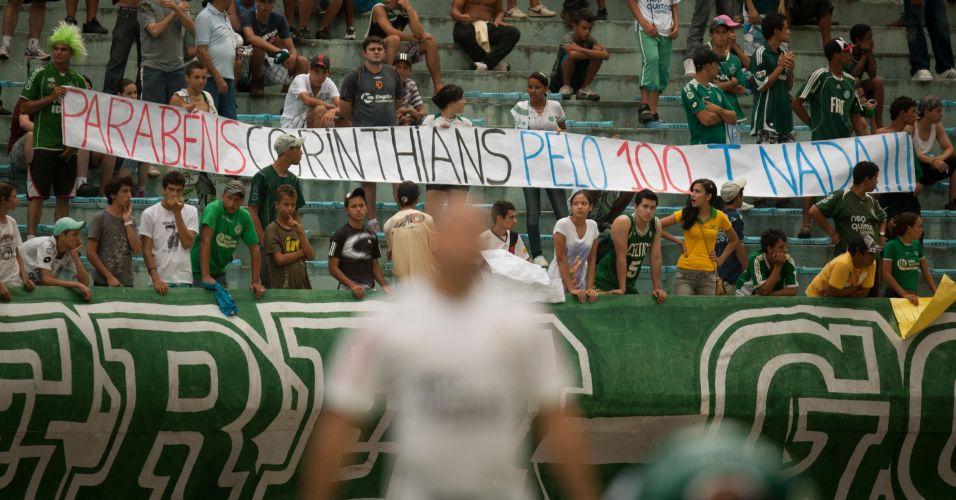 Torcida do Goiás faz provocação ao Corinthians nas arquibancadas; time paulista não passou de um empate por 1 a 1, terminou em terceiro lugar e encerrou o ano de seu centenário sem conquistar sequer um título