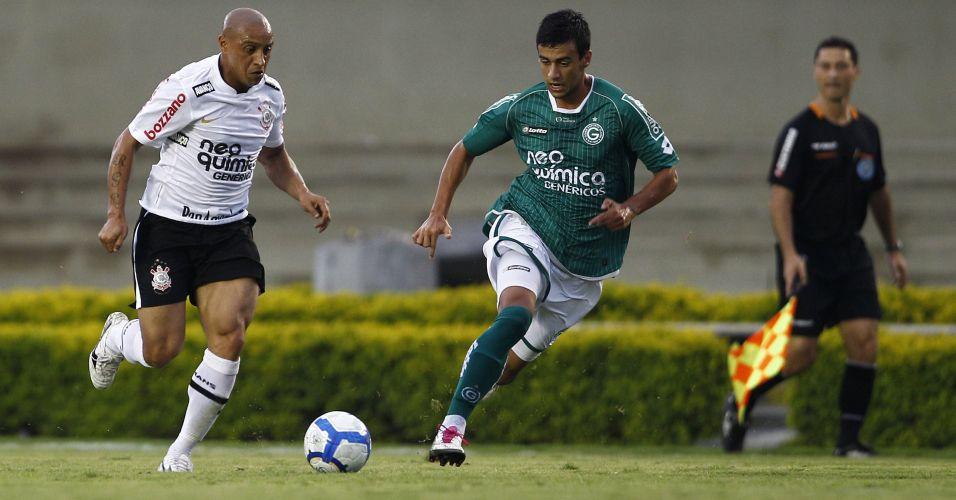 Roberto Carlos tenta armar ataque do Corinthians contra o Goiás; time paulista não passou de um empate por 1 a 1, terminou em terceiro lugar e encerrou o ano de seu centenário sem conquistar sequer um título