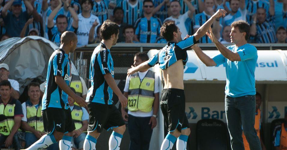 Jonas é abraçado por Renato Gaúcho após marcar o segundo gol do Grêmio contra o Botafogo no Olímpico; time gaúcho conquistou o quarto lugar e agora 'seca' o Goiás na decisão da Sul-Americana para ficar com a vaga na Libertadores