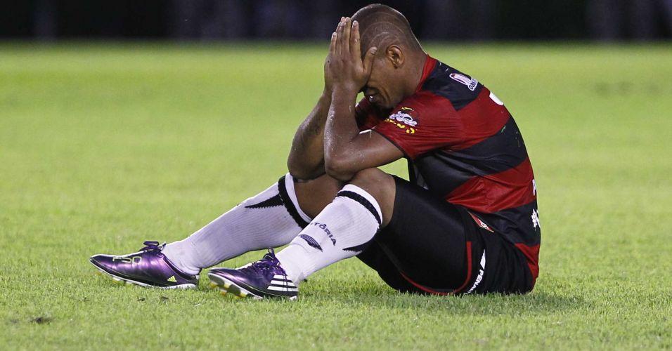 Uelliton chora após o término do jogo entre Vitória e Atlético-GO; time baiano apenas empatou por 0 a 0 e acabou rebaixado para a Série B do Campeonato Brasileiro