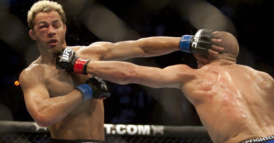 Mesmo mudando sua tática em relação às última lutas, Georges St-Pierre (de bermuda azul) contou com a torcida de mais de 23 mil pessoas para dominar Josh Koscheck, vencer por pontos e manter o cinturão dos meio-médios na luta principal do UFC 124, que aconteceu no Canadá