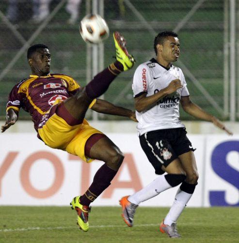 Arrechea (e), do Tolima, impede que lançamento chegue ao corintiano Dentinho no duelo de volta da Pré-Libertadores; após empate sem gols no Pacaembu, time colombiano vence por 2 a 0 e elimina os alvinegros