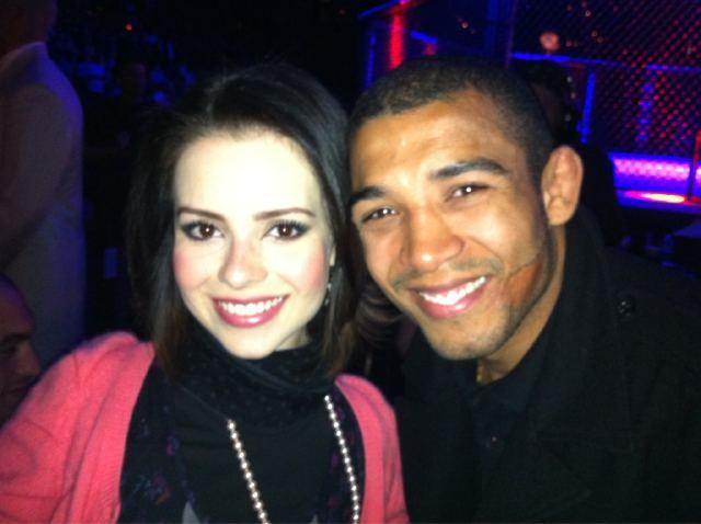 Sandy acompanhou a luta entre Anderson Silva e Vitor Belfort em Las Vegas. A cantora posou para foto ao lado de José Aldo, campeão dos pesos pena do UFC