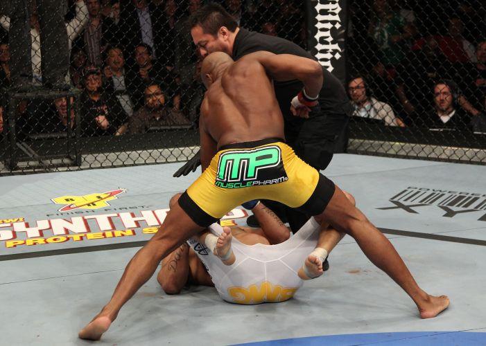 Logo no primeiro round, Anderson Silva derrotou Vitor Belfort, em luta realizada no Mandalay Bay Center, em Las Vegas (EUA). Lutador ignorou as vaias e manteve o cinturão dos médios do UFC