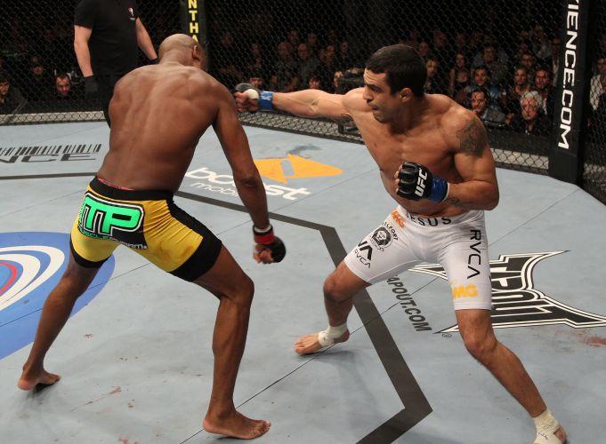 Vitor Belfort tenta acertar um golpe em Anderson Silva, mas não resistiu e foi derrotado pelo adversário ainda no primeiro round. Anderson manteve o cinturão dos médios do UFC