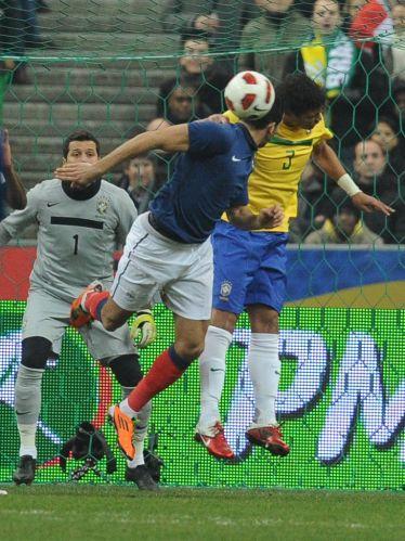 Thiago Silva disputa a bola pelo alto observado por Julio Cesar. Os franceses venceram a partida por 1 a 0.