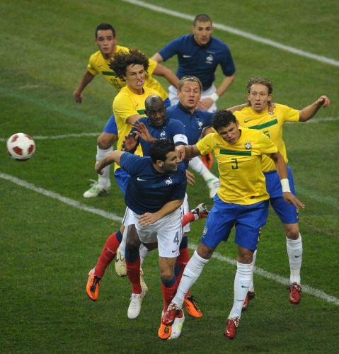 Thiago Silva tira bola francesa da Área do Brasil. Os franceses venceram a partida por 1 a 0.