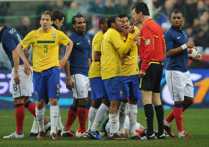 Hernanes é expulso após dar uma entrada na altura do ombro do francês Benzema. Os franceses venceram a partida por 1 a 0.