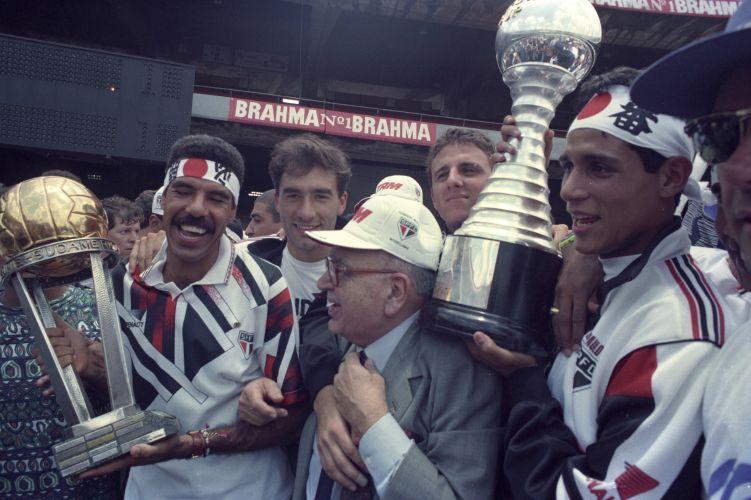 Jogadores são-paulinos comemoram a vitória do Mundial de Clubes de 1993 durante chegada no estádio do Morumbi, em São Paulo (SP). A equipe desfilou em carro aberto do Corpo de Bombeiros do aeroporto de Congonhas até o estádio do Morumbi. O jogo contra o Milan aconteceu em Tóquio, no Japão. Ceni era reserva de Zetti.
