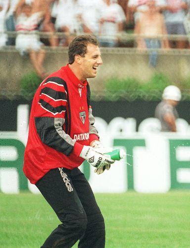 Rogério Ceni comemora seu primeiro gol na carreira, feito em 15 de fevereiro 1997, diante do União São João, em Araras