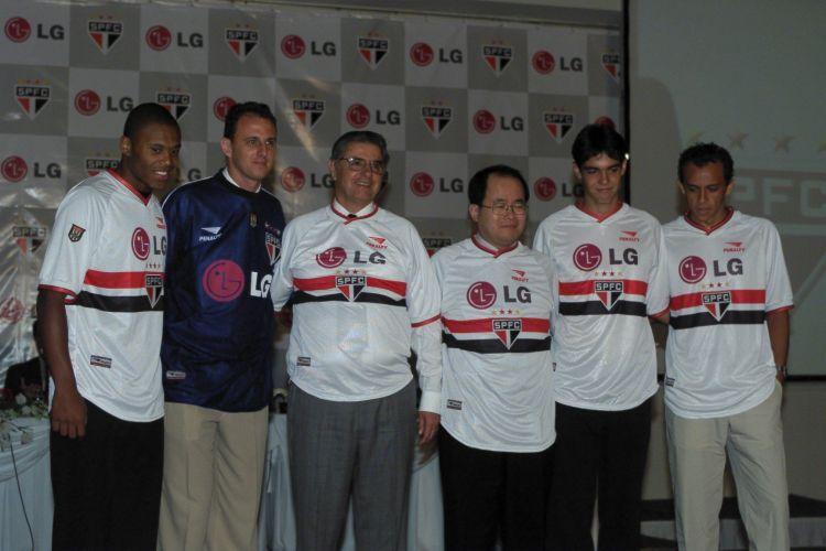 Rogério Ceni exibe uniforme do time para o ano de 2001. O evento contou com a presença do jovem Kaká
