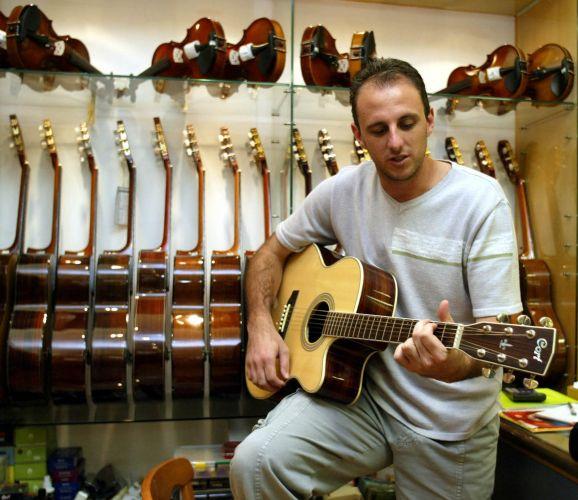 Rogério Ceni é apaixonado por música, se dizendo um músico esforçado. O goleiro toca violão durante período de folga da seleção brasileira no Mundial de 2002, em Ulsan (Coreia)