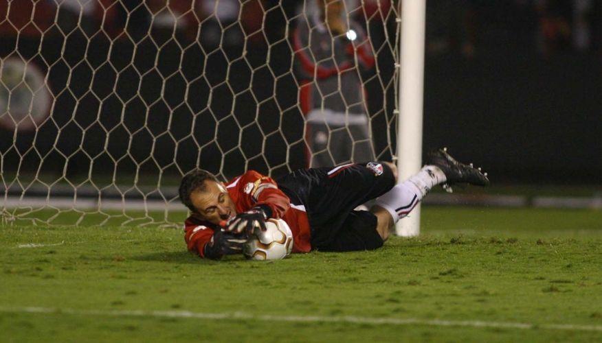 A virada na carreira iniciou em 2004, com a volta do São Paulo à Libertadores, e Ceni agarrando pênalti contra Rosário Central