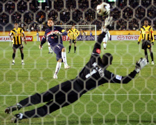 De pênalti, ele marcou um dos gols na vitória sobre o Al-Ittihad no Mundial de 2005
