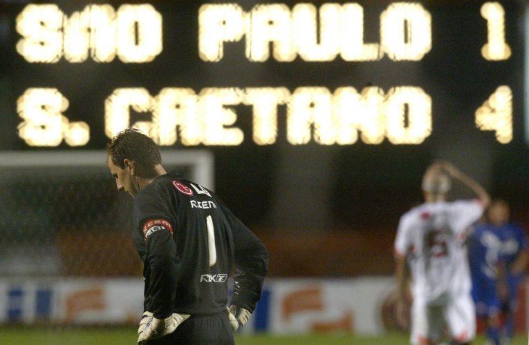 Em 2007, Rogério Ceni sai cabisbaixo do Morumbi após sofrer goleada na semifinal do Paulista