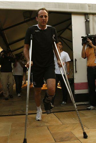 Rogério Ceni, que se recuperava de uma fratura no tornozelo esquerdo, visita o CT da equipe durante treino em abril de 2009