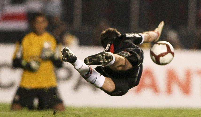 Goleiro defende cobrança de Alva, na decisão por pênaltis entre São Paulo e Universitario do Peru, pelas oitavas de finas da Libertadores da América. São Paulo se classificou.