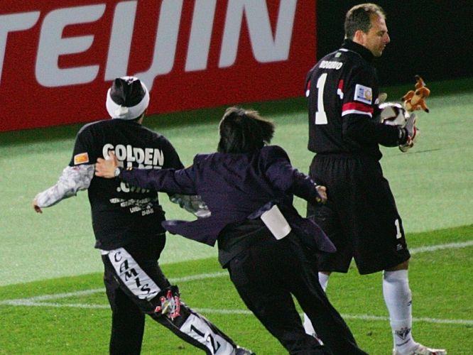 Torcedor corintiano tenta se aproximar de Rogério Ceni na final do Mundial de Clubes de 2005. O São Paulo venceu o Liverpool e faturou o tri mundial